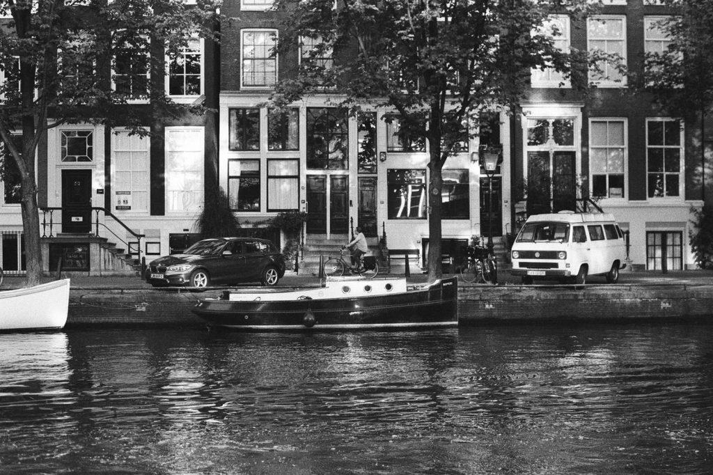 Un canal à Amsterdam, Pays-Bas, Europe