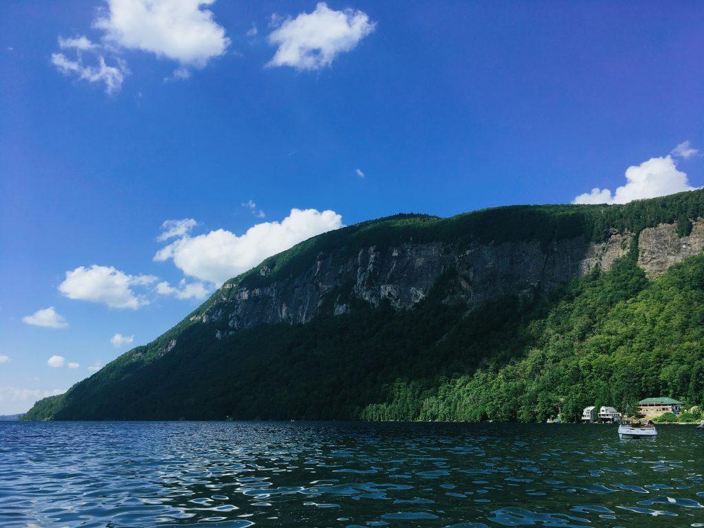 Vue du Mont Pisgah depuis le Lac Willoughby