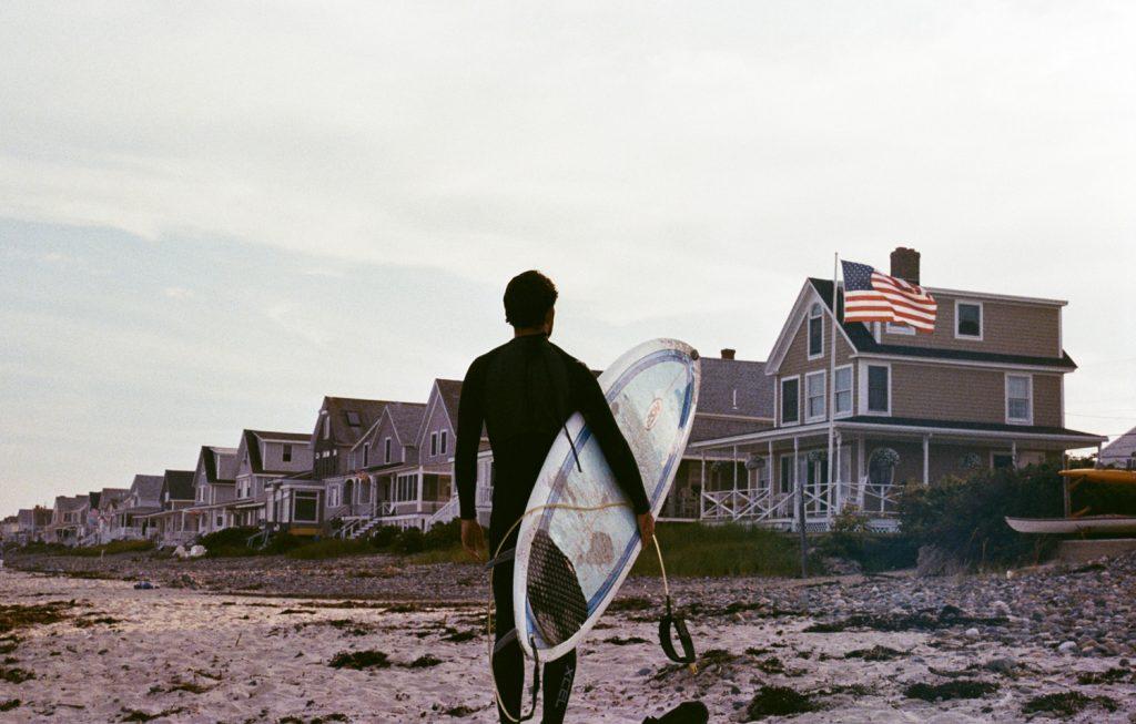 Surfer à Wells (Wells Beach) dans le Maine, photo argentique