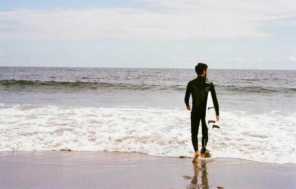 Surfeur à Wells (Wells Beach) dans le Maine, photo argentique