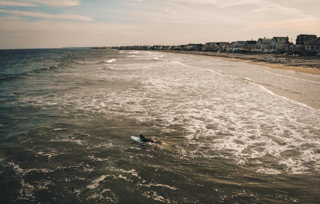 Surfer dans le Maine (Wells Beach) au coucher de soleil