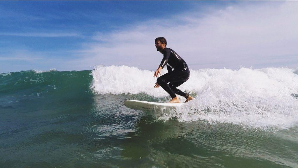 Surfeur dans les vagues de Wells (Wells Beach) dans le Maine, GoPro