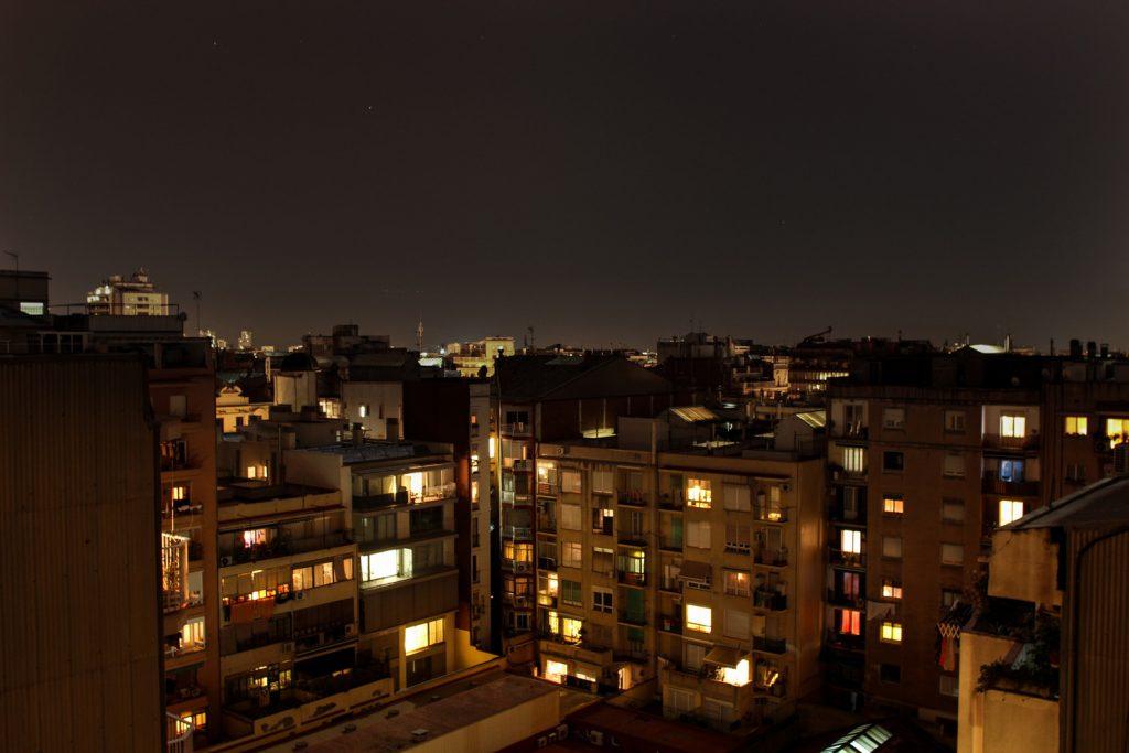Sur les toits de Barcelone la nuit, Côté Hublot