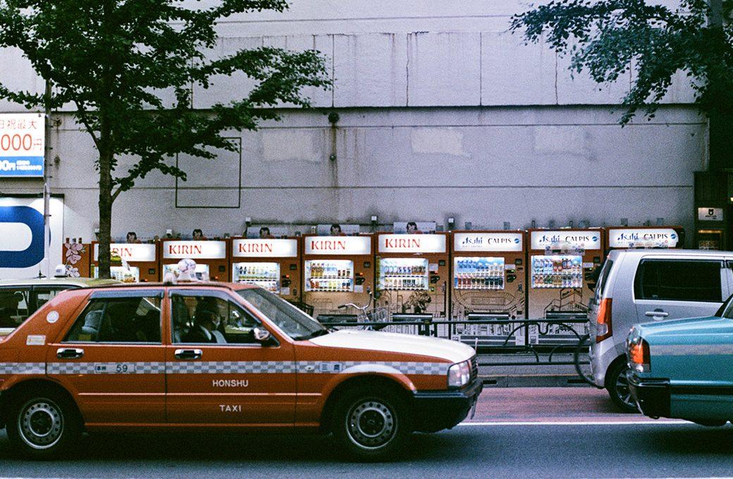 Rangées de distributeurs automatiques de boissons au Japon, par Côté Hublot