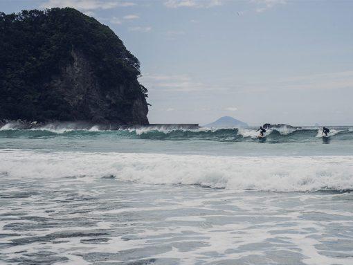 Surfeurs sur la plage de Tatadahoma Beach, dans la Péninsule d'Izu, Japon, par Côté Hublot