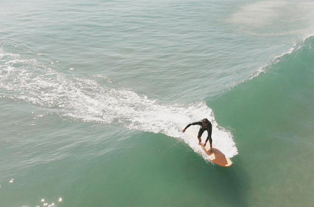 Surf sur les vagues de Martinique Beach, par Côté Hublot