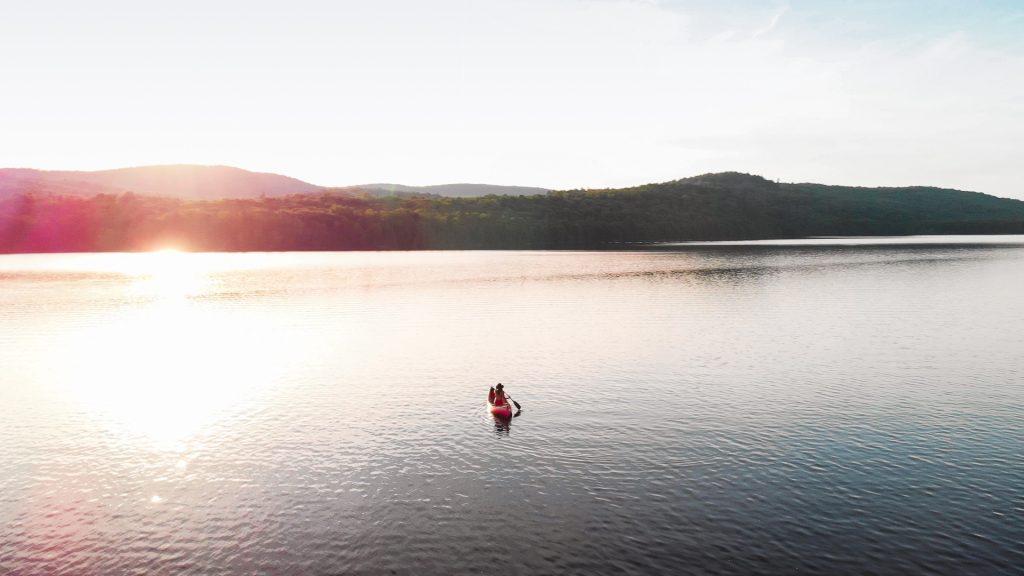 Glisser en canot sur le Réservoir Kiamika, par Côté Hublot