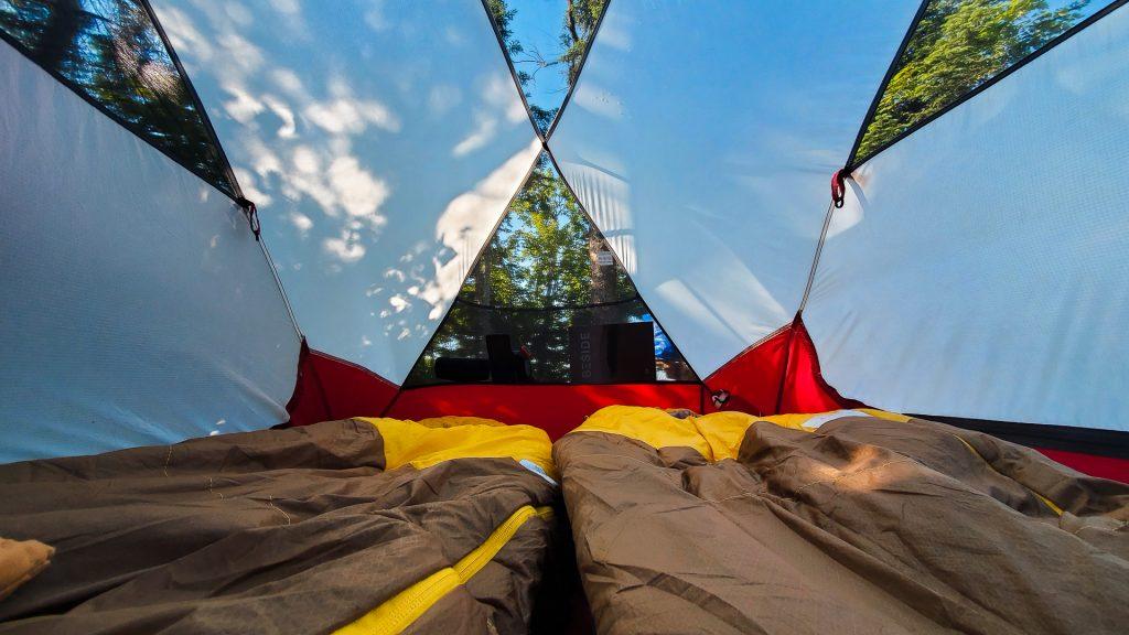 En tente sur une île du Réservoir Kiamika
