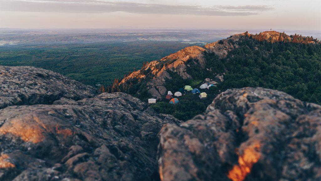 Le campement au sommet du Mont-Ham, par Côté Hublot