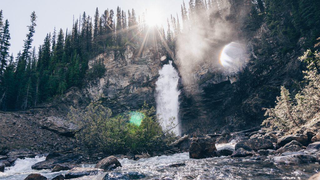 Une cascade à la fin de la Iceline Trail dans le parc Yoho, par Côté Hublot